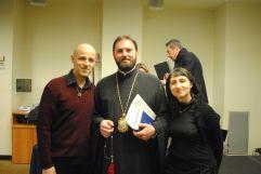 Arcivescovo Avondios insieme ai giornalisti